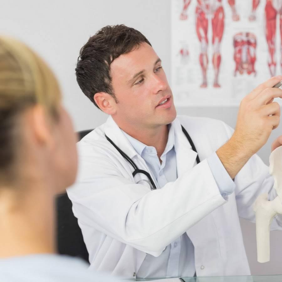Какой врач лечит грыжу в позвоночнике?