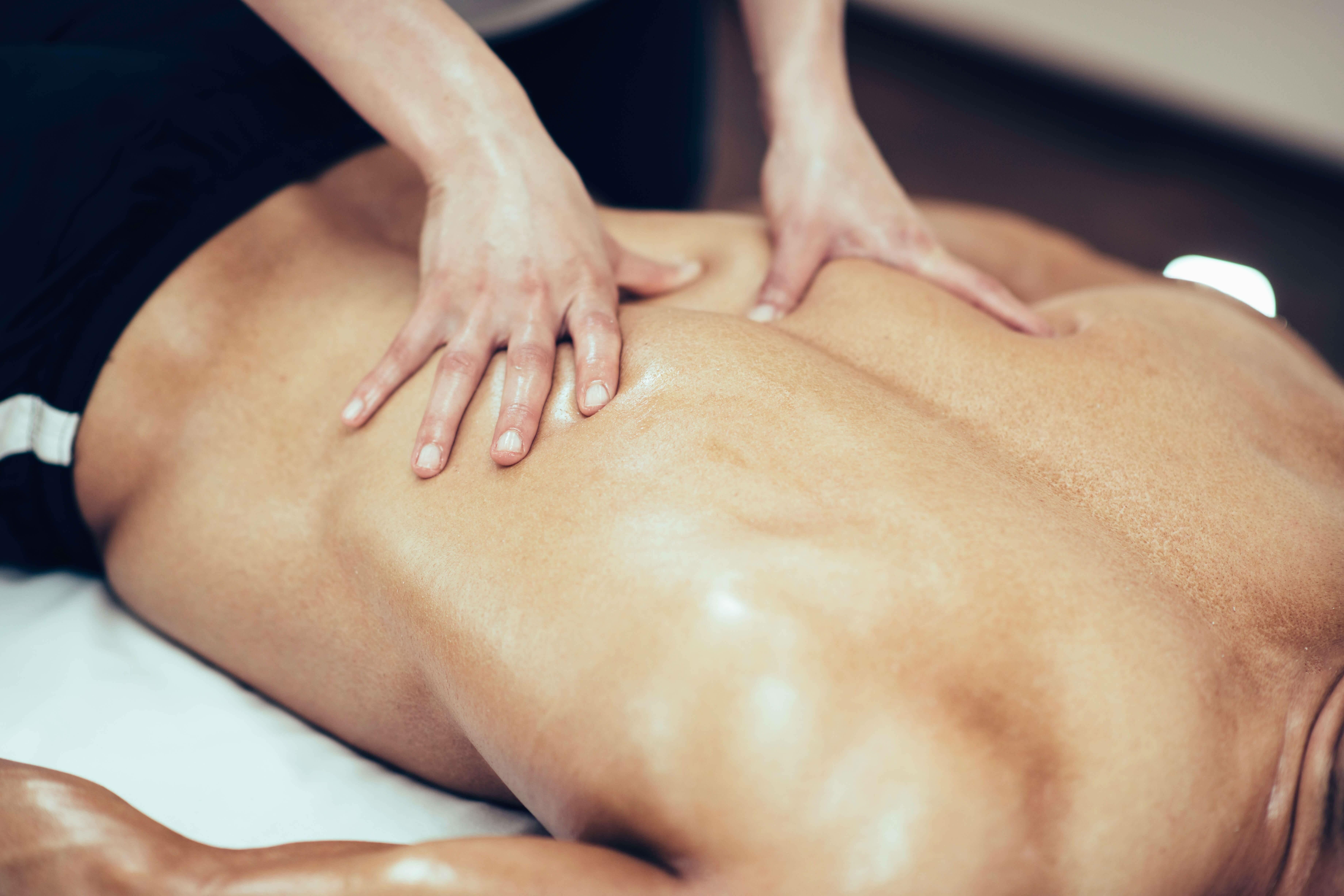 Массаж спины при остеохондрозе поясничного отдела позвоночника - виды массажа, правила выполнения