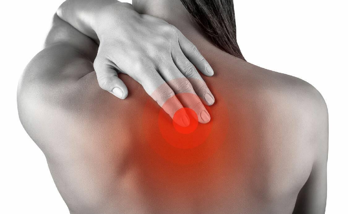 Причины и лечение боли под правой лопаткой сзади со спины
